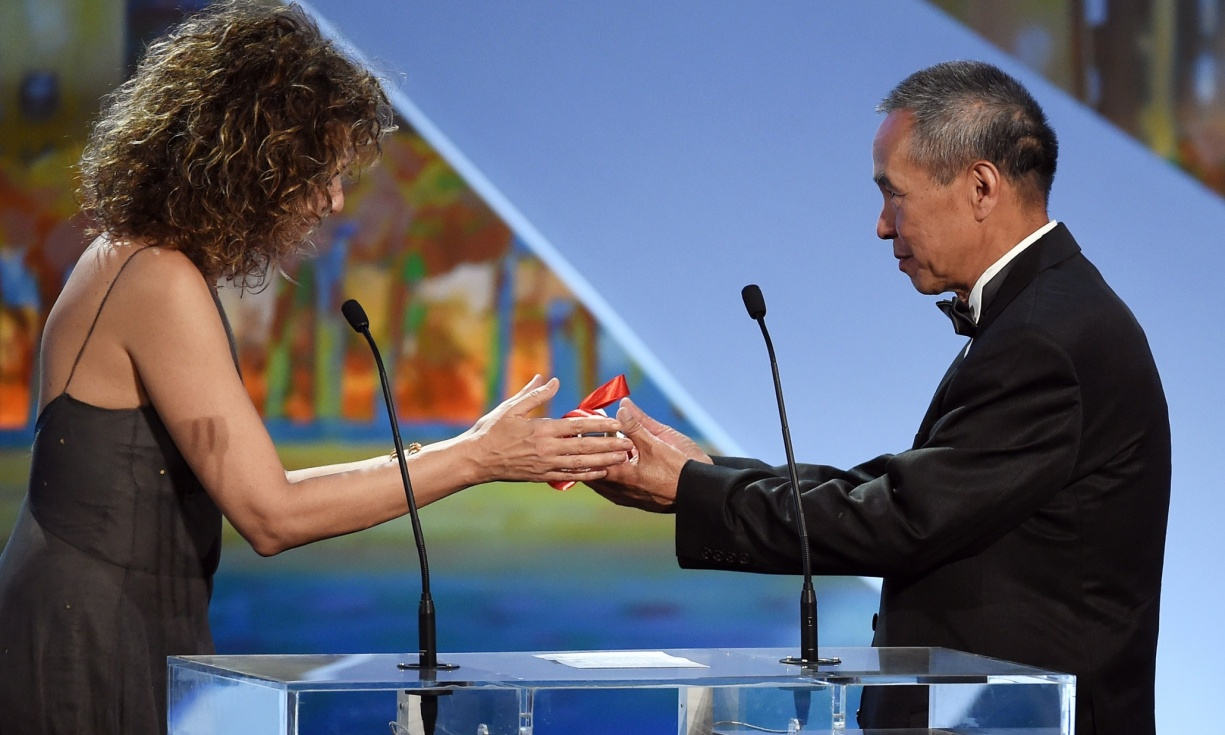 Taiwanese director Hou Hsiao-Hsien receives the best director prize from Valeria Golino